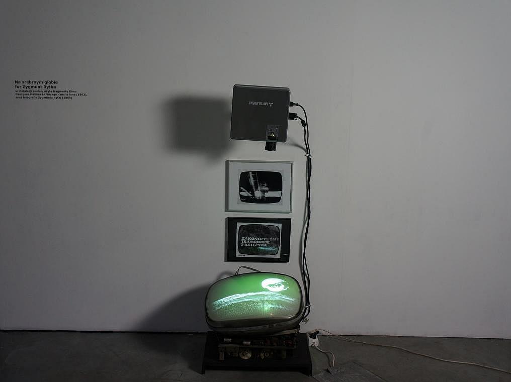 Instalacja Na srebrnym globie, for Zygmunt Rytka. Zmienne-Stałe-Błądzące. AC/DC/IT, wystawa WRO Art Center, fot. WRO