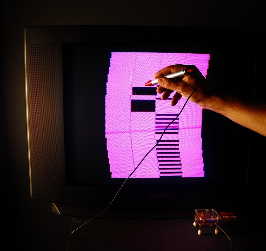 Niklas Roy, Lumenoise, 2011, instalacja interaktywna wykorzystująca pióro świetlne. Zmienne-Stałe-Błądzące. AC/DC/IT, wystawa WRO Art Center, fot. Z. Kupisz