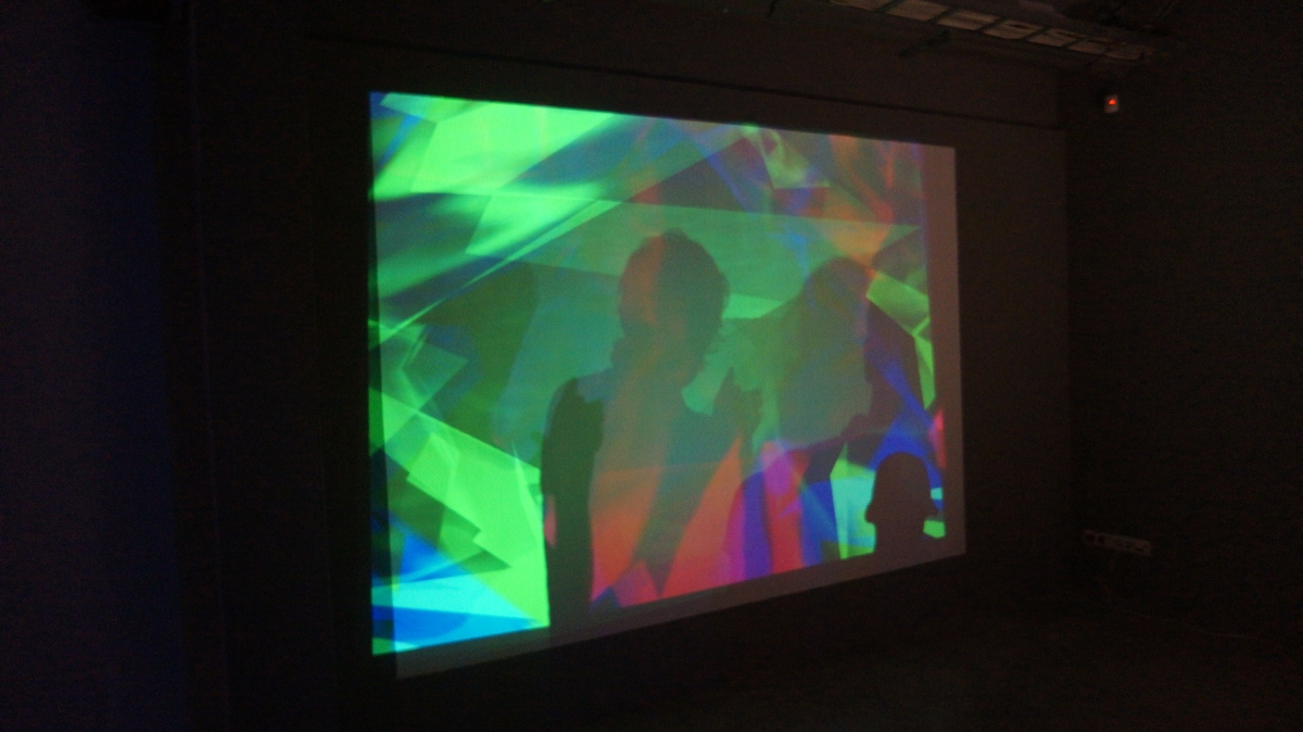 Paweł Janicki prezentuje działanie instalacji Ray Gun Beam Virus, for Paul Sharits. Zmienne-Stałe-Błądzące. AC/DC/IT, wystawa WRO Art Center, fot. WRO