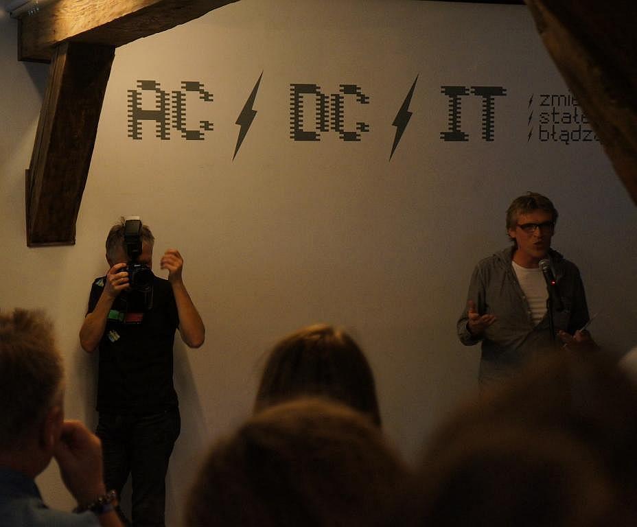 Zbigniew Kupisz (z aparatem) i Piotr Krajewski podczas otwarcie wystawy Zmienne-Stałe-Błądzące. AC/DC/IT, wystawa WRO Art Center, fot. WRO