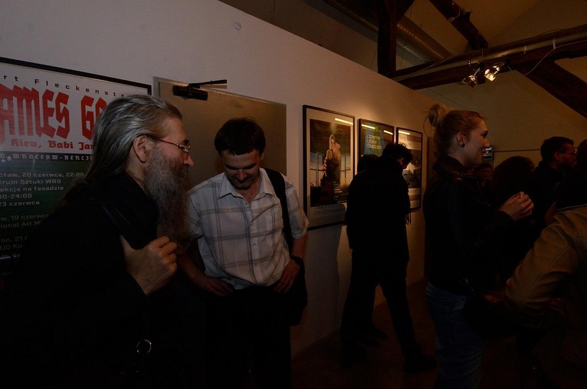 Andrzej Dudek-Dürer (z lewej) podczas wernisażu Zmienne-Stałe-Błądzące. AC/DC/IT, wystawa WRO Art Center, fot, Z. Kupisz