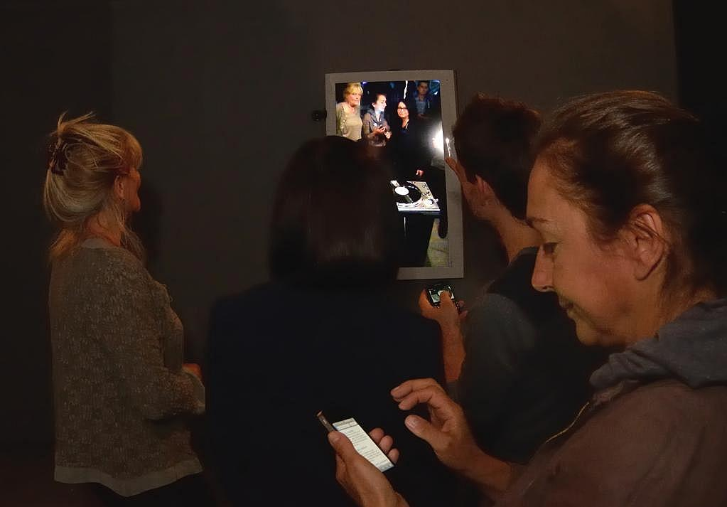 Bogda Sztencel (z lewej) oraz Viola Kutlubasis-Krajewska (z prawej, ze smartfonem) przy instalacji Pawła Janickiego Vinyl Video Delay. Zmienne-Stałe-Błądzące. AC/DC/IT, wystawa WRO Art Center, fot, Z. Kupisz