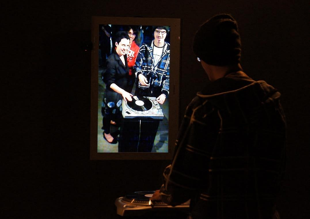 Na ekranie Agnieszka Chojnacka (z lewej) i Marcin Guźla (z prawej), instalacja Vinyl Video Delay Pawła Janickiego. Zmienne-Stałe-Błądzące. AC/DC/IT, wystawa WRO Art Center, fot. WRO