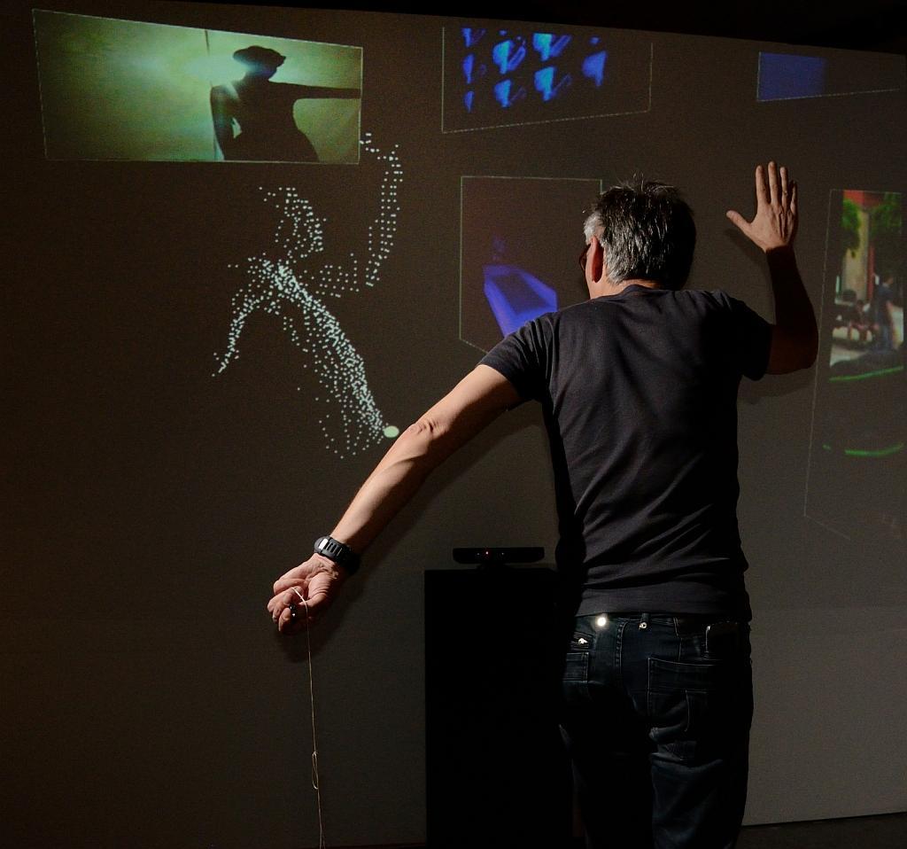 Zbigniew Kupisz przy instalacji wykorzystującej Kinect do interaktywnej prezentacji materiałów dokumentacyjnych z Kolekcji WRO. Zmienne-Stałe-Błądzące. AC/DC/IT, wystawa WRO Art Center, fot. WRO