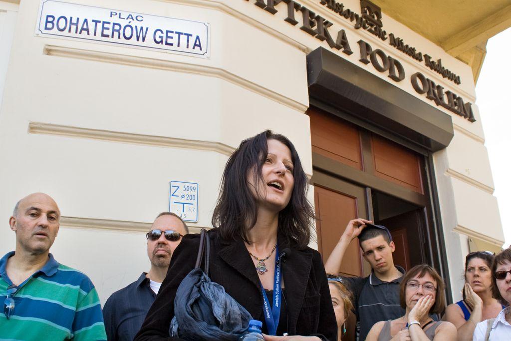 Agnieszka Legutko oprowadza po terenach byłego Getta (źródło: materiały prasowe organizatora)