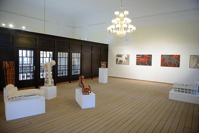 """Stanisław Brach, """"Przestrzenie – rzeźba i obraz ceramiczny"""", wernisaż (źródło: materiały prasowe organizatora)"""