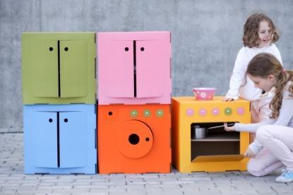 Zabawki z tektury: kołyska, pralka, szafeczka, kuchenka, projekt: Farida i Krzystof Dubiel (źródło: materiały prasowe organizatora)