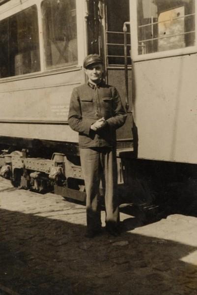 Włodzimierz Malik przed tramwajem 1945 r. (źródło: materiały prasowe)
