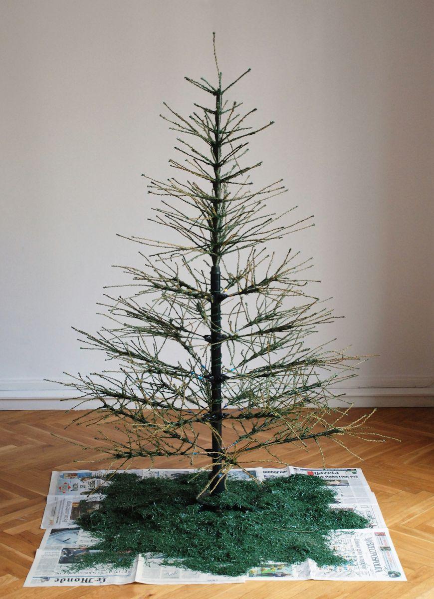 """Oskar Dawicki, """"After Christmas Forever"""", 2005, obiekt, instalacja, ok. 150 cm, kolekcja CSW w Toruniu (źródło: materiały prasowe organizatora)"""