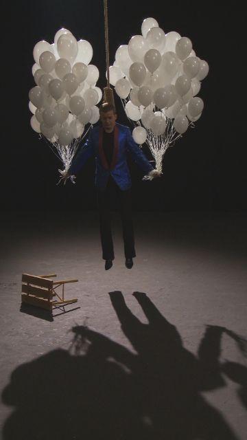 """Oskar Dawicki, """"Wisielec"""", 2010, kadr z wideo, wideo 5' 26'', dzięki uprzejmości artysty i Galerii Raster (źródło: materiały prasowe organizatora)"""