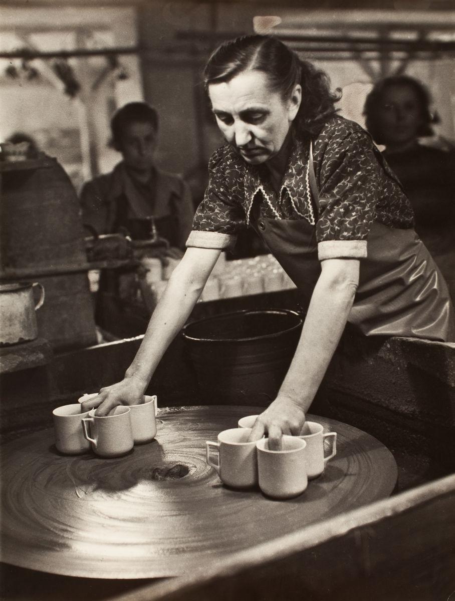 """Janina Mierzecka, """"Wałbrzych-zakłady ceramiki stołowej"""", 1949-1950 (źródło: materiały prasowe organizatora)"""
