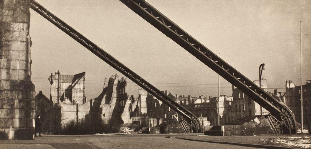 """Witold Romer, """"Most Grunwaldzki we Wrocławiu"""", 1946 (źródło: materiały prasowe organizatora)"""