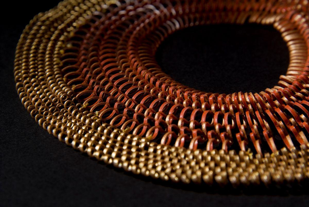 Naszyjnik Mutesemel z kolekcji Plastic Gold (Plastikowe Złoto); fot. Dominic Tschudin (źródło: materiały prasowe organizatora)