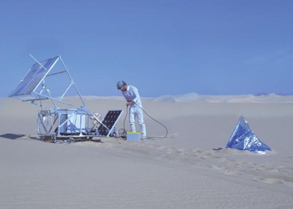 Markus Kayser, Maszyna do spiekania solarnego, 2011; pustynia Sahara, Siwa, Egipt, fot. Amos Field Reid (źródło: materiały prasowe organizatora)