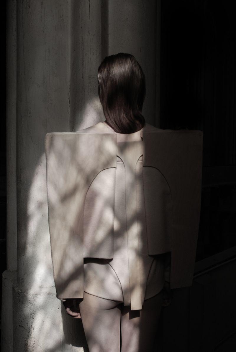 """Emilia Tikka, Kolekcja: """"Ciało zewnętrzne"""", 2012. Fot.: Zuzanna Kaluzna. Modelka: Marcella Thurau. Miejsce: Berlin Zionskirche. Dzięki uprzejmości artystki"""