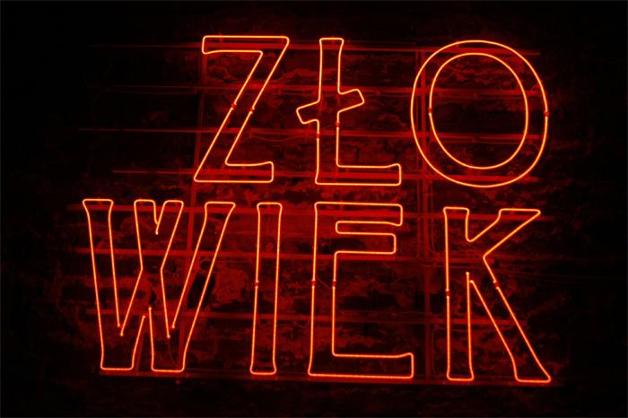"""Hubert Czerepok, """"(C)złowiek"""", neon, 2009 (źródło: materiał prasowy)"""