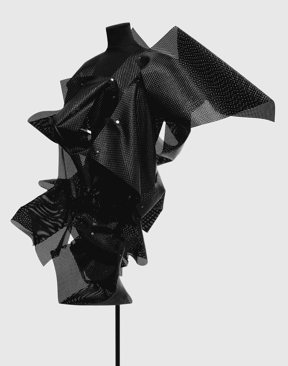 """Kim Hagelind, """"Oscylony"""", Kolekcja zainspirowana przez elektroniczne abstrakcje i oscylony Bena F. Laposky'ego, 2011. Ubrania uszyte z plastiku. Fot. Alexander Dahl. Dzięki uprzejmości artysty"""