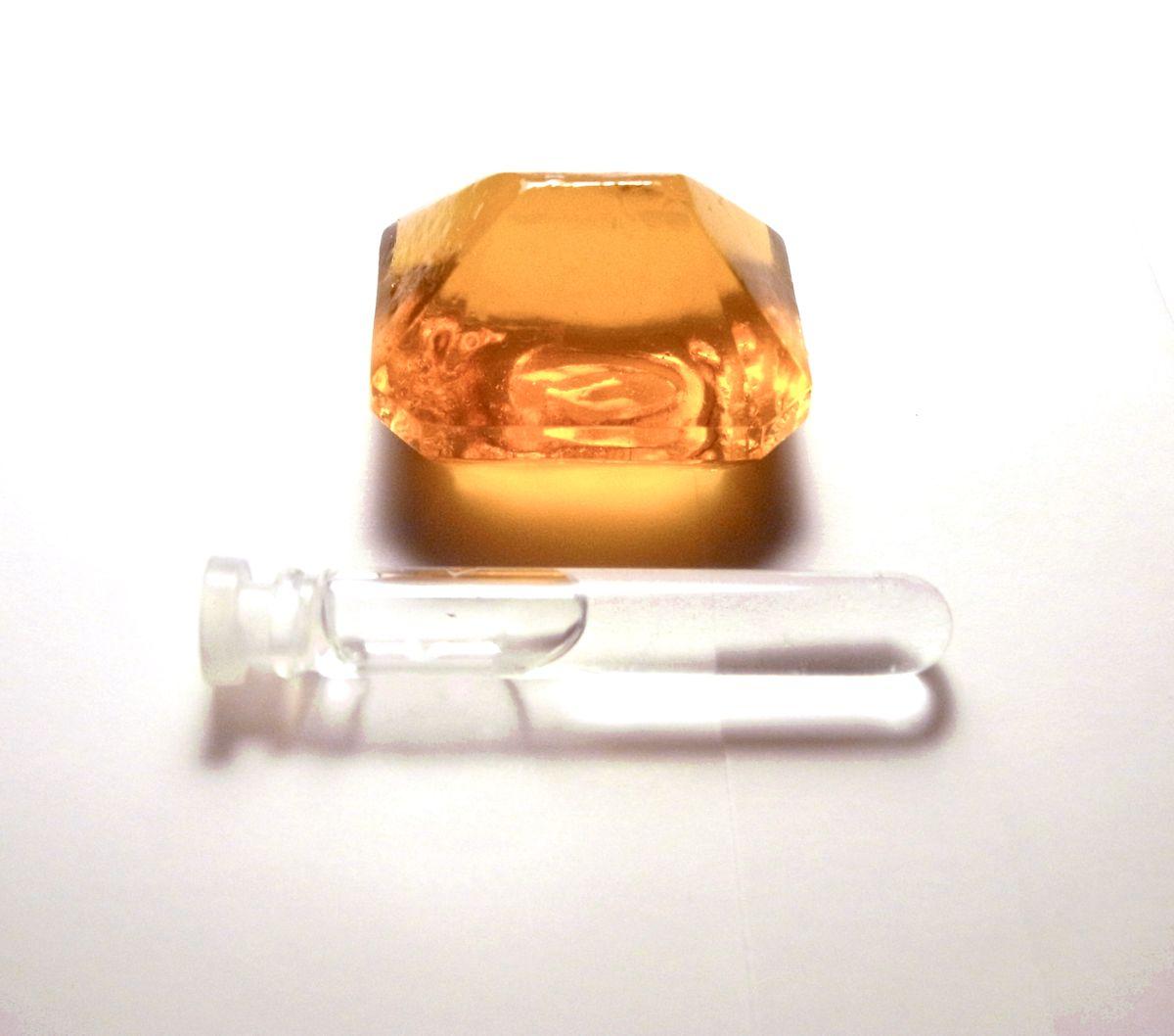 """Tomoko Hayashi. """"Zwierciadło łzy – klejnot"""", 2011. Kolekcja biżuterii z ludzkich łez, substancji spożywczej, cukru. Dzięki uprzejmości artystki"""