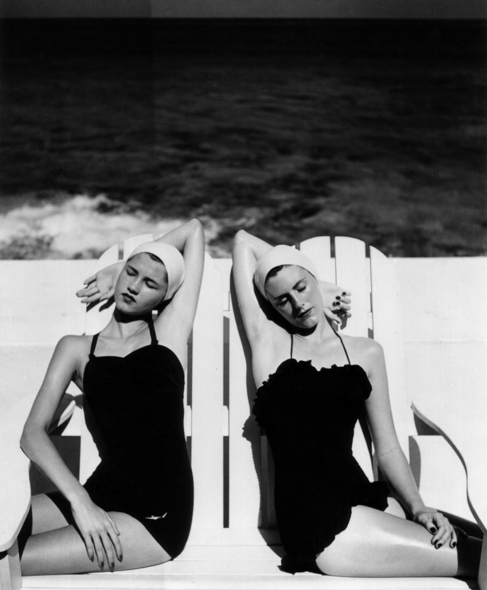 """Louise Dahl-Wolfe, """"Bliźniaczki na plaży"""", 1955 © Louise Dahl-Wolfe, Dzięki uprzejmości Staley-Wise Gallery, Nowy Jork"""