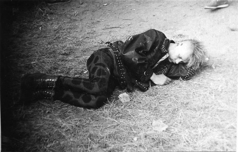 """Jarocin w obiektywie bezpieki, Przedstawiciel punków, model """"zniszczeni"""", 1986 (źródło: materiały prasowe organizatora)"""