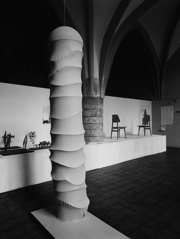 """Anastazy Wiśniewski, """"Centrum Sztuki (Pręgierz)"""", Sympozjum Plastyczne Wrocław '70, Muzeum Architektury, 1970. Fot. Tadeusz Rolke. Kolekcja MWW (źródło: materiały prasowe organizatora)"""