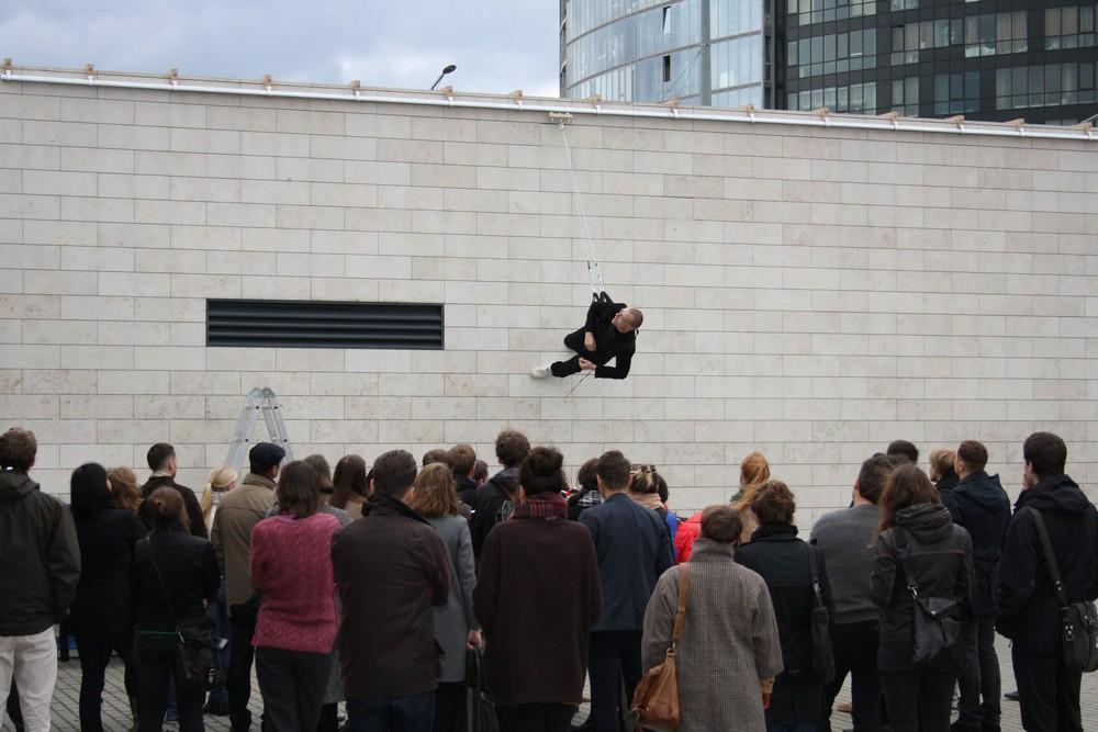 "Julijonas Urbonas, ""Walking on the Wall: an introduction to the field of design choreography"", October 6, 2012, National Art Gallery, Vilnius, Lithuania. Photo: Ernestas Parulskis (źródło: materiały prasowe organizatora)"