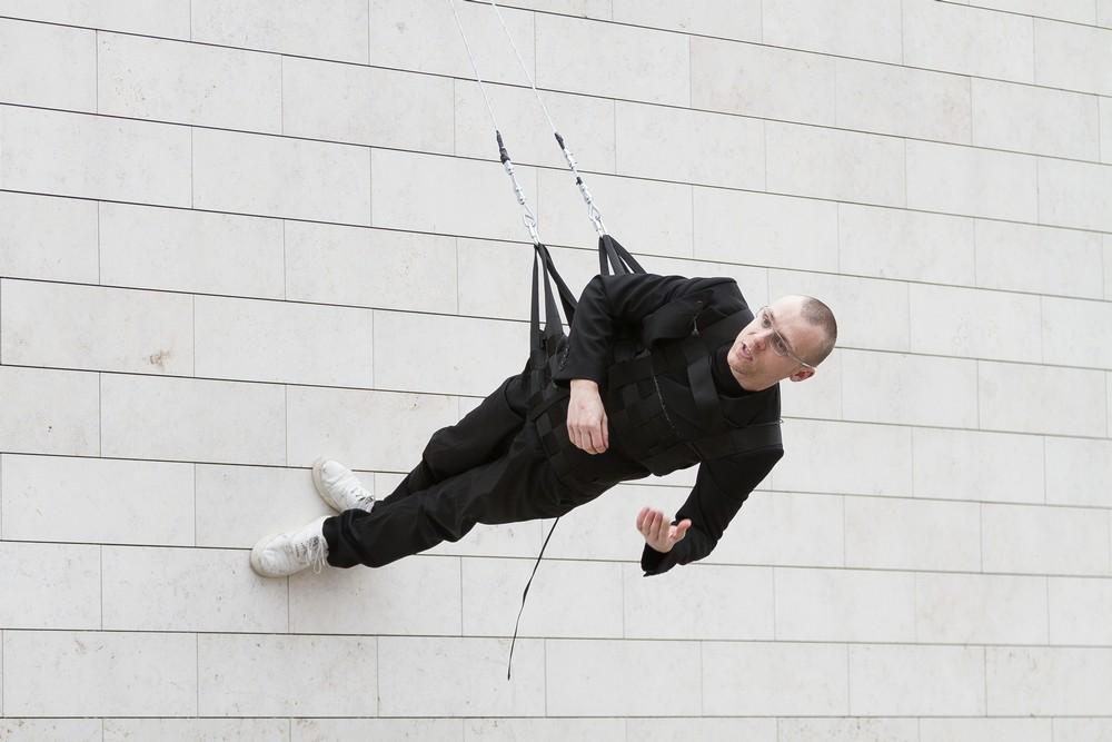 """Julijonas Urbonas, """"Walking on the Wall: an introduction to the field of design choreography"""", October 6, 2012, National Art Gallery, Vilnius, Lithuania. Photo: Aistė Valiūtė & Daumantas Plechavičius (źródło: materiały prasowe organizatora)"""