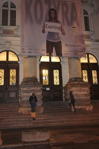 """Arek Pasożyt, """"Jestem artystą"""", 2011, dokumentacja fotograficzna z działania. Dzięki uprzejmości artysty (źródło: materiały prasowe organizatora)"""