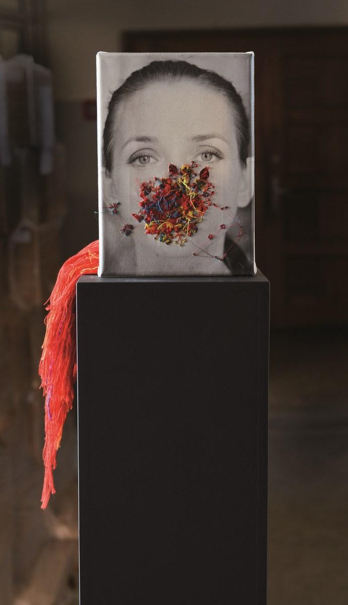 """Joanna Zemanek, """"BoliMnie"""", Haft, 2013, fot. Jerzy Dobrzański (źródło: materiały prasowe organizatora)"""