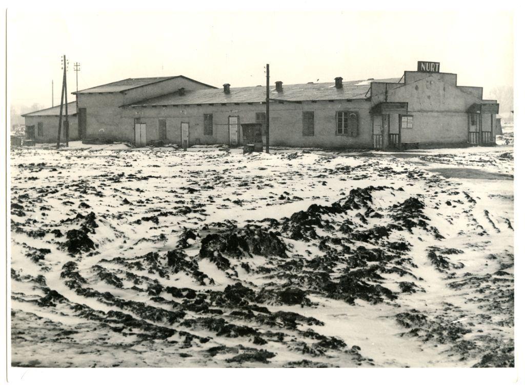 Budynek na os. Szkolnym, w którym mieścił się robotniczy teatr Nurt (obecnie w tym miejscu znajduje się boisko sportowe), autor nieznany, ok. 1953, wł. MHK (źródło: mat. prasowe)