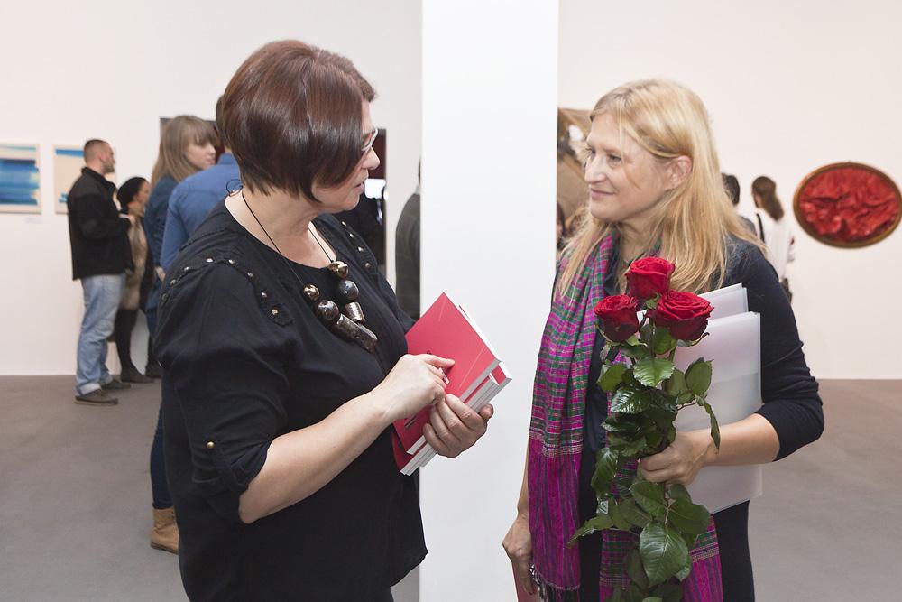 Od lewej Grażyna Cybulska – kuratorka Biennale i Agnieszka Rayzacher, wernisaż wystawy 41. Bielskiej Jesieni, Galeria Bielska BWA, fot. Krzysztof Morcinek (źródło: materiały prasowe organizatora)
