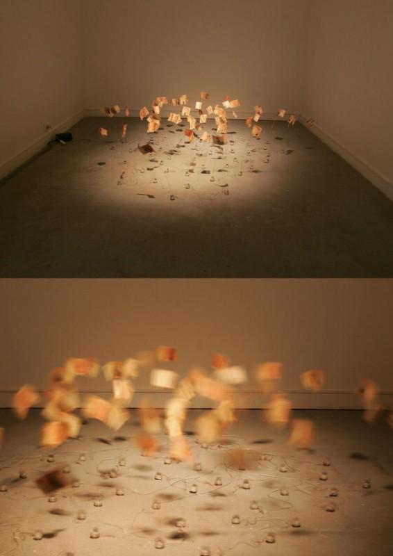 Adriana Salazar, Pięćdziesiąt tysięcy, instalacja kinetyczna, 1000 banknotów pesos, sprężyny, czujniki, elektryczny silnik, 2010 (źródło: materiały prasowe organizatora)