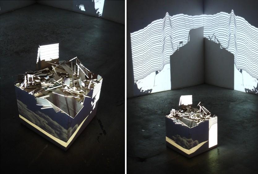 Alberto Lezaca de Paz, Stan symulacji, instalacja kontekstualna, płyty MDM, drewno, pleksi, wideo projekcja, 2011 (źródło: materiały prasowe organizatora)