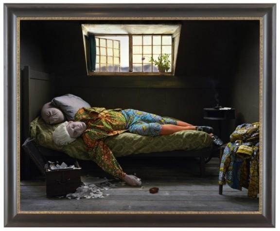 "Yinka Shonibare ""Fake Death Picture"", ""(The Death of Chatterton - Henry Wallis)"", 2011. Digital chromogenic print. Framed: 58 5/8 x 71 1/4 inches (źródło: materiały prasowe organizatora)"
