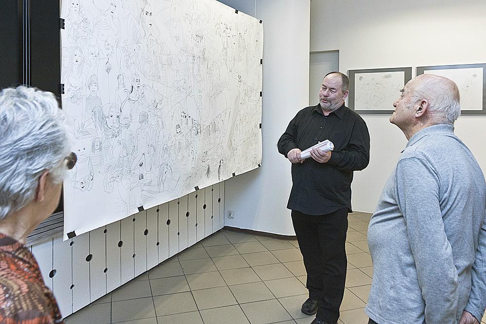 Paweł Warchoł w trakcie oprowadzania kuratorskiego, fot. K. Morcinek (źródło: materiały prasowe organizatora)