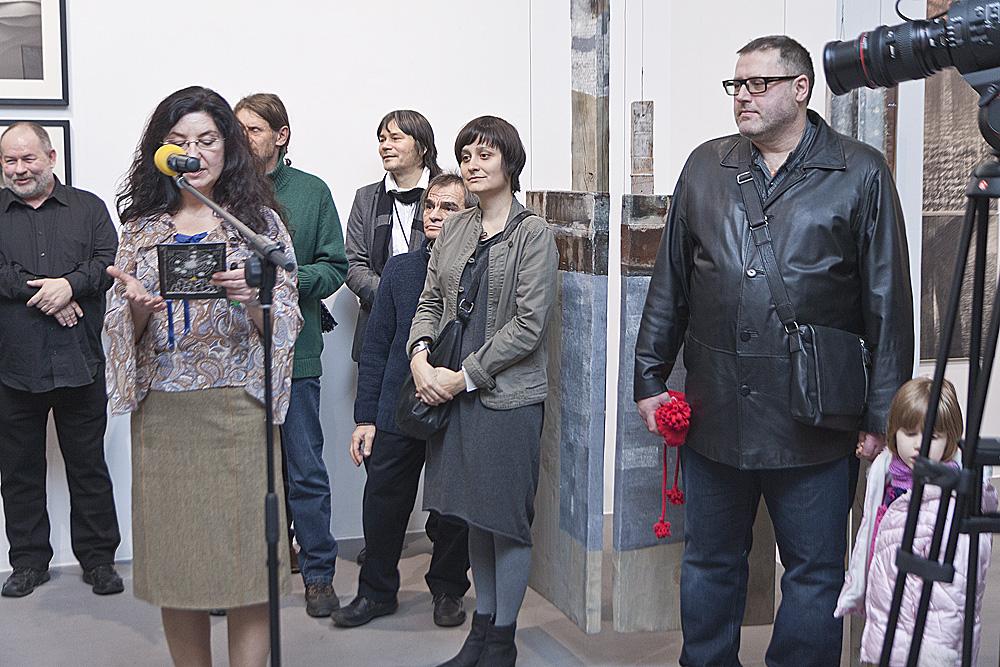 Od lewej: Paweł Warchoł, Agata Smalcerz, dyrektor Galerii Bielskiej BWA, oraz artyści Lech Helwig, Zdzisław Nitka, Janusz Karbowniczek, Katarzyna Klich, Marek Marczak, fot. Krzysztof Morcinek (źródło: materiały prasowe organizatora)