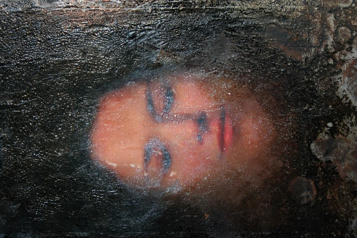 """Maja Siemińska, """"In illo tempore"""". Płyta gipsowa, 120 x 200cm. Technika mieszana. Srebro, olej, krakelura, tektura, media fakturalne, detal (źródło: materiały prasowe organizatora)"""