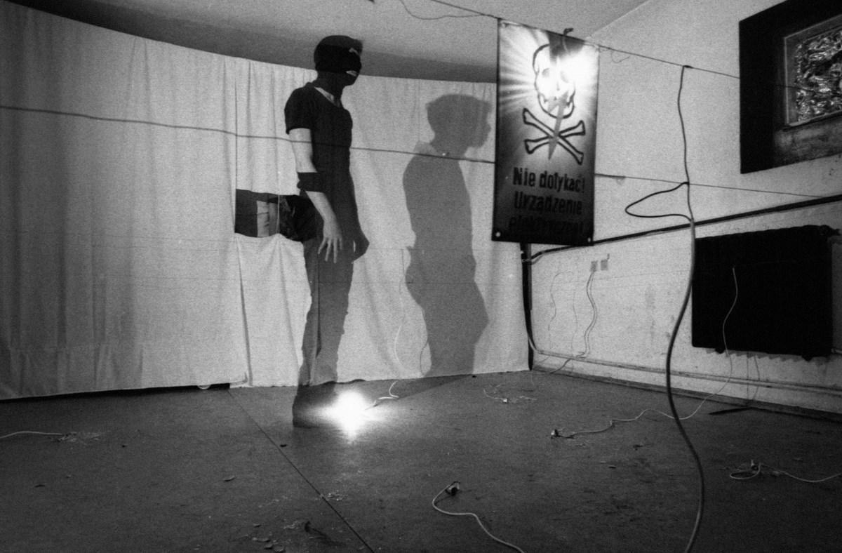 """Zdjęcie z performansu pt. """"AWACS"""", Klub Pod Ręką (klub ASP), fot. Marek Pawłowski, 1981 (źródło: materiały prasowe organizatora)"""