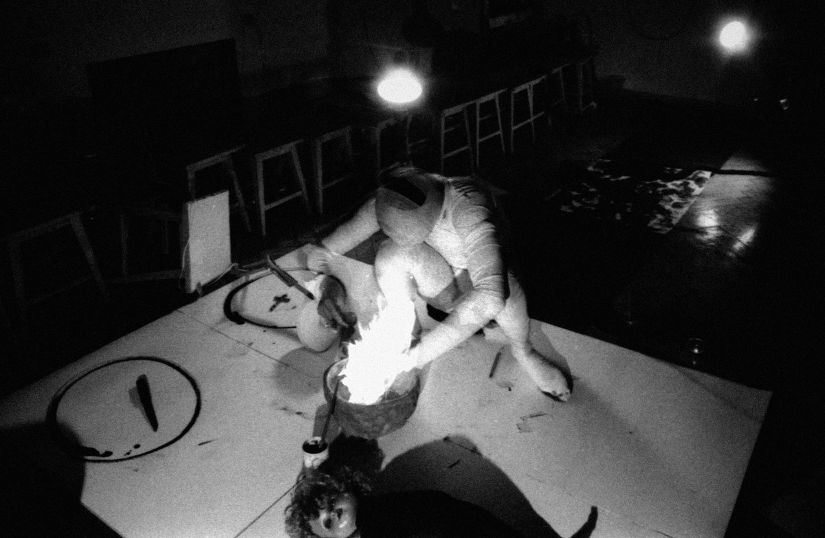 """Zdjęcie z performansu pt. """"Taśmy"""", który miał miejsce w budynku ASP w Krakowie, fot. Marek Pawłowski,1981 (źródło: materiały prasowe organizatora)"""