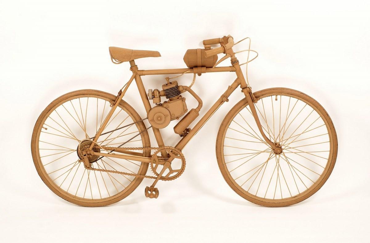 """Chris Gilmour, """"Rower"""", 2010, materiał: karton (źródło: materiały prasowe organizatora)"""