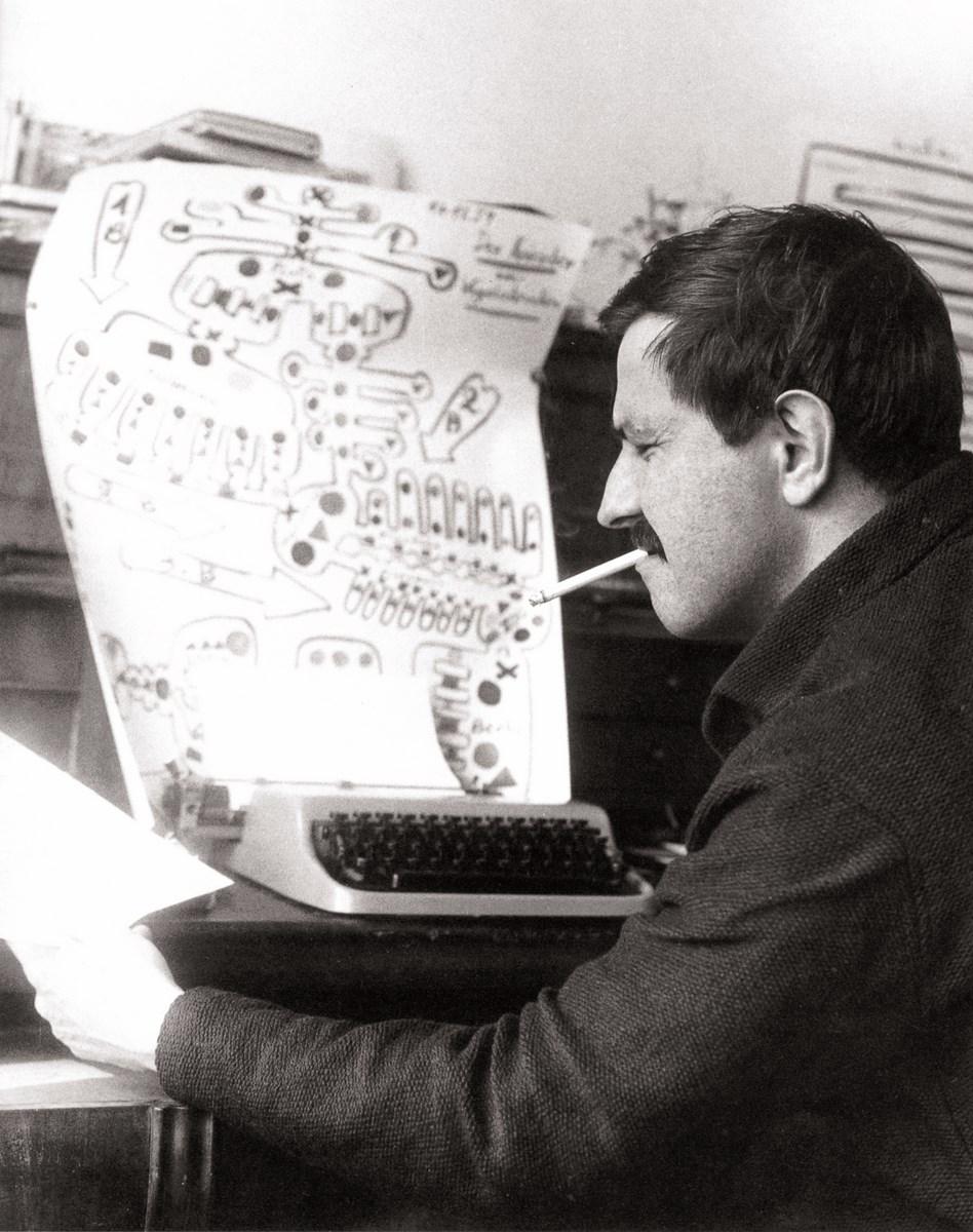 """Günter Grass podczas pracy nad wczesną wersją """"Psich lat"""", Berlin 1960-61 (źródło: materiały prasowe organizatora)"""