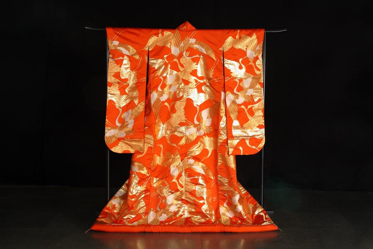 """Kimono ślubne typu """"uchikake"""" z motywem żurawi w locie, 2 poł. XX w. (źródło: materiały prasowe organizatora)"""