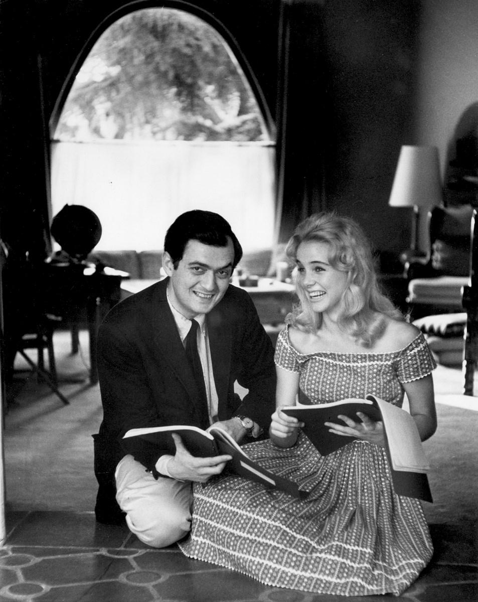 """Stanley Kubrick i Sue Lyon podczas realizacji zdjęć do filmu """"Lolita"""" (Wlk. Bryt./USA, 1960-62). Fot. Christiane Kubrick. © Warner Bros. Entertainment Inc. (źródło: materiały prasowe organizatora)"""