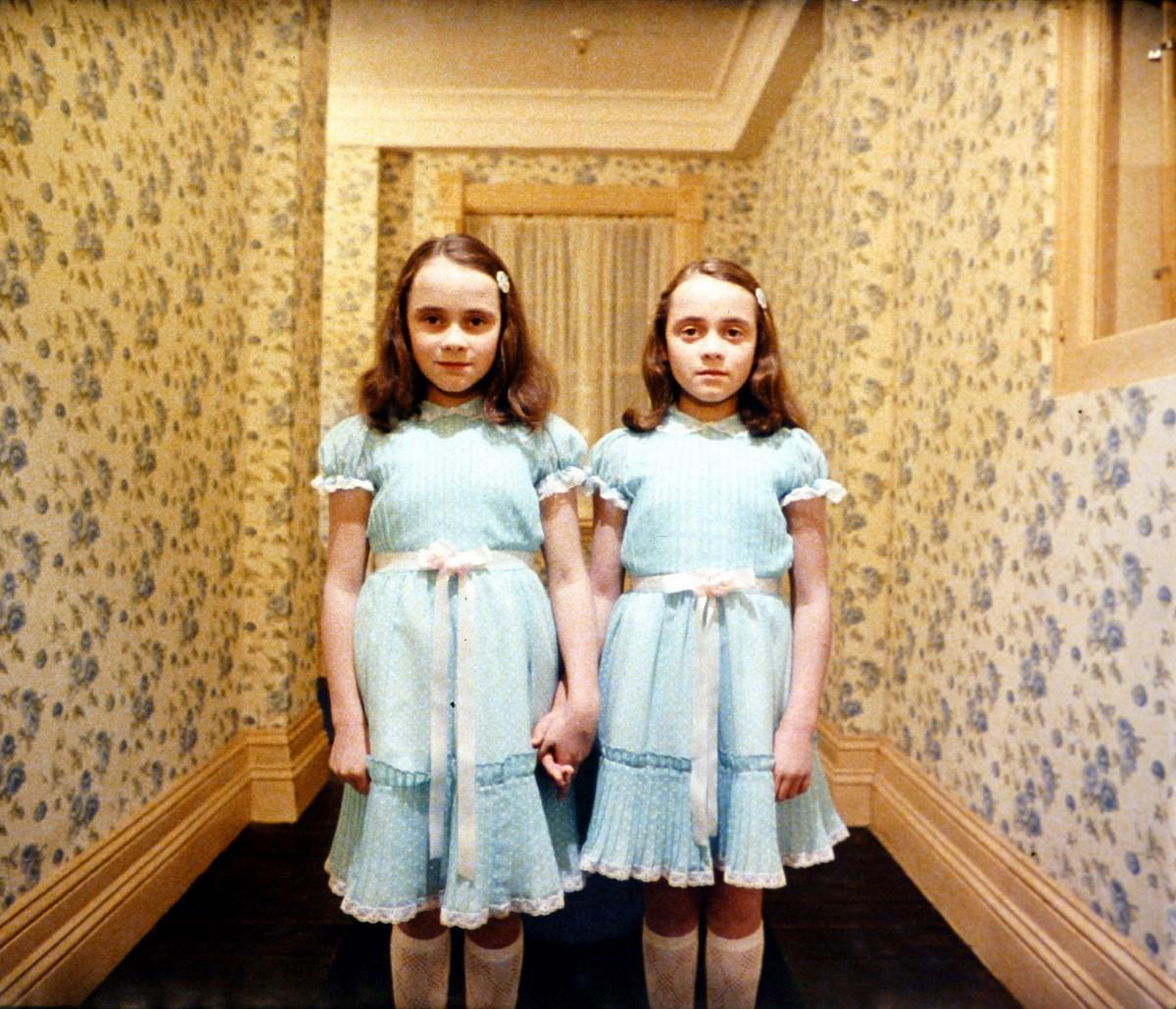 """Stanley Kubrick, """"Lśnienie"""" (Wlk. Bryt./USA, 1980). Córki poprzedniego dozorcy Grady'ego (bliźniczki Lisa i Louise Burns). © Warner Bros. Entertainment Inc. (źródło: materiały prasowe organizatora)"""