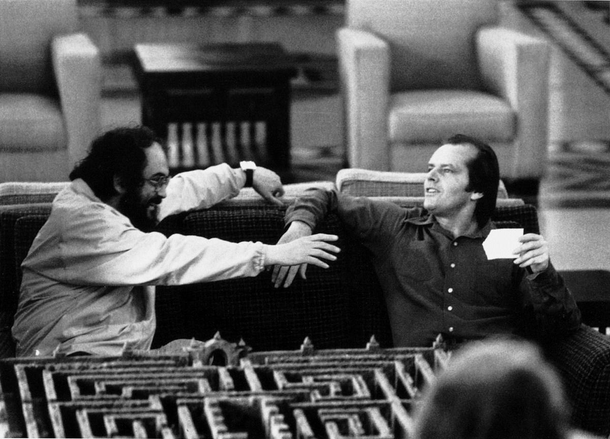 """Stanley Kubrick i Jack Nicholson podczas realizacji zdjęć do filmu """"Lśnienie"""" (Wlk. Bryt./USA, 1980). © Warner Bros. Entertainment Inc. (źródło: materiały prasowe organizatora)"""