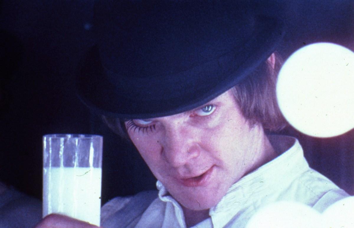 """Stanley Kubrick, """"Mechaniczna pomarańcza"""" (Wlk. Bryt./USA, 1970-71). Alex DeLarge (Malcolm McDowell) w barze mlecznym Korova. © Warner Bros. Entertainment Inc. (źródło: materiały prasowe organizatora)"""
