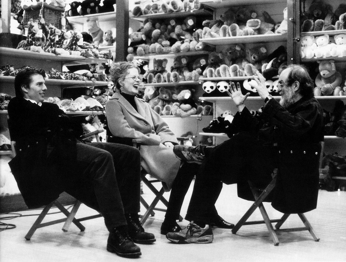 """Tom Cruise, Nicole Kidman i Stanley Kubrick w przerwie zdjęć do filmu """"Oczy szeroko zamknięte"""" (Wlk. Bryt./USA, 1999). Fot. Manuel Harlan. © Warner Bros. Entertainment Inc. (źródło: materiały prasowe organizatora)"""