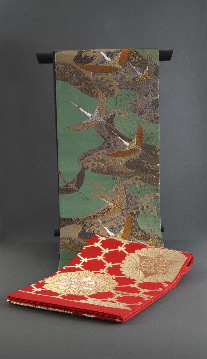 """Pasy """"obi"""" zdobione motywami żurawi na falach, kwiatów paulowni i płatków śniegu, 2 poł. XXw. (źródło: materiały prasowe organizatora)"""