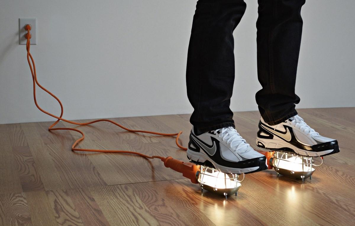 """Adam Niklewicz, """"The electricians apprentice"""", 2013, rzeźba performatywna, fot. Artysta (źródło: materiały prasowe organizatora)"""