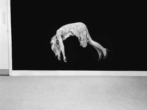 """Clare Strand, """"Zawieszenie w powietrzu"""", z cyklu """"Efekty iluzjonistyczne"""", 2009 © Clare Strand, Camilla Grimaldi Gallery & The Unicredit Bank Collection (źródło: materiały prasowe organizatora)"""